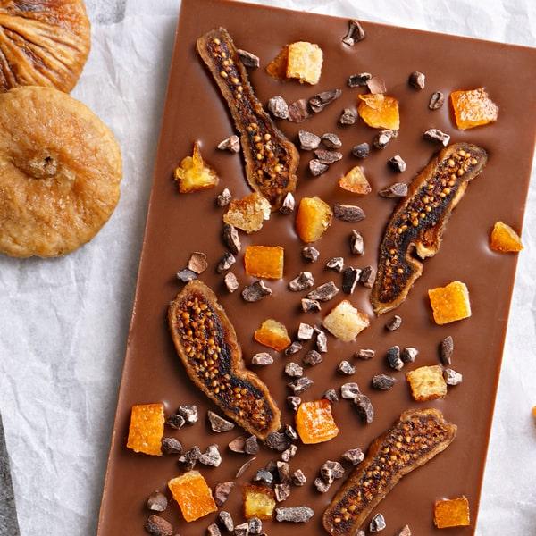 Mlečna Čokolada sa Suvom Smokvom, Kandiranom Narandžinom Korom i Kakao Zrnom.