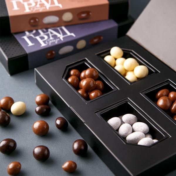 Mešavina draže bombona sa lešnikom, bademom i cimetom u beloj i mlečnoj čokoladi