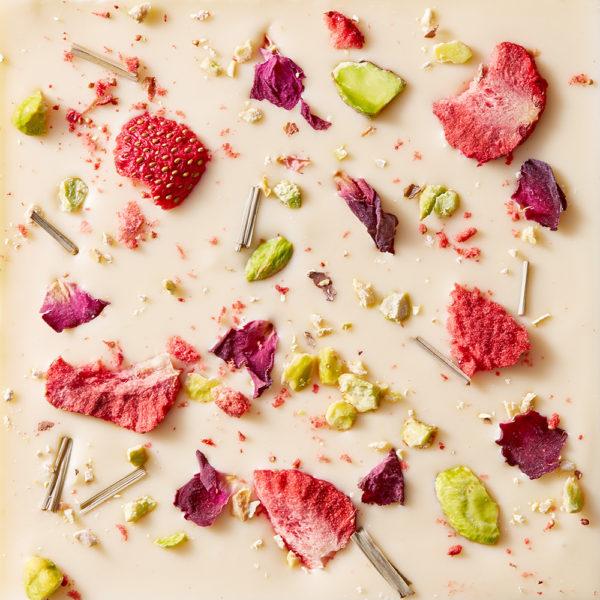 Bela čokolada sa liofilizovanom višnjom, pistaćima, ružom i limunom