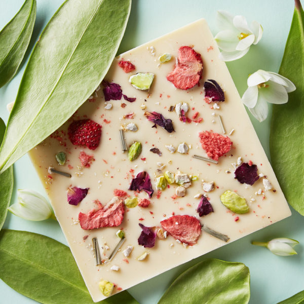 Bela čokolada sa liofilizovanom jagodom, pistaćima, ružom i limunom