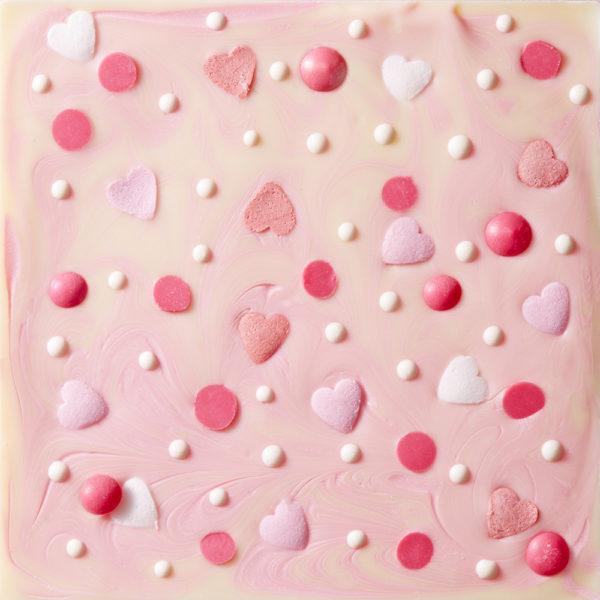 Bela čokolada sa dekoracijom srca
