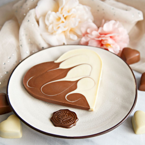 Čokoladno srce sa mlečnom i belom čokoladom na tanjiru