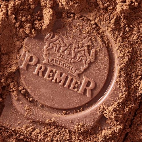 Ugravirani Logo u Kocki Premier Čokolade Posut Kakao Prahom.