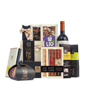 Paket sa čokoladama, pralinama, desertom, dražejima i flašom crnog vina