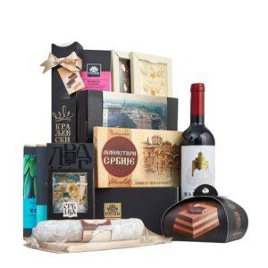 Paket sa čokoladama, čokoladnim dražejima, desertima, bombonjerom i flašom crnog vina