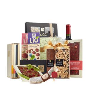Paket Premium sa Bombonjerom, Čokoladama sa Liofilizovanom Jagodom i Borovnicom, Čokoladnom Kobasicom, Avant Garde Čokoladama, Pralinama i Crnim Vinom.