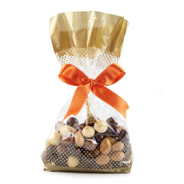 Miks dražeja sa lešnikom i bademom u beloj, tamnoj i mlečnoj čokoladi