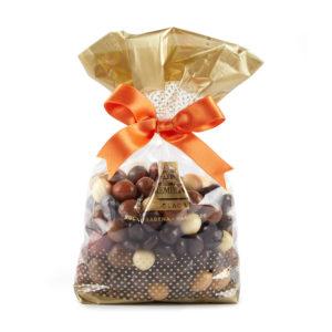 Miks dražeja sa bademom, lešnikom, malinom, brusnicom i narandžom u beloj, tamnoj i mlečnoj čokoladi
