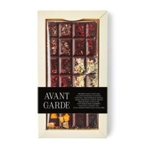 Avant Garde tamna čokolada sa liofilizovanom malinom, pistaćima, narandžinom korom, crnim susamom I kakao zrnom