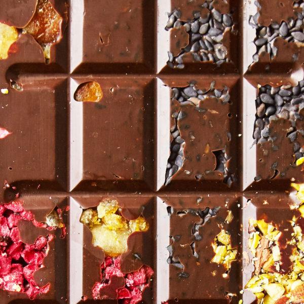 Tamna čokolada sa liofilizovanom malinom, pistaćima, narandžinom korom, crnim susamom I kakao zrnom