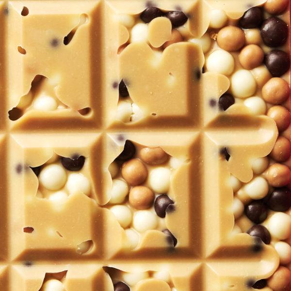 Bela čokolada sa karamelom I čokoladiranim kuglicama od žitarica
