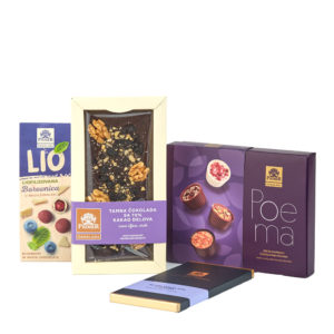 Paket čokoladnih pralina, dražeje sa borovnicom u beloj čokoladi, tamne čokolade sa šljivom i orahom i tamne čokolade sa lavandom