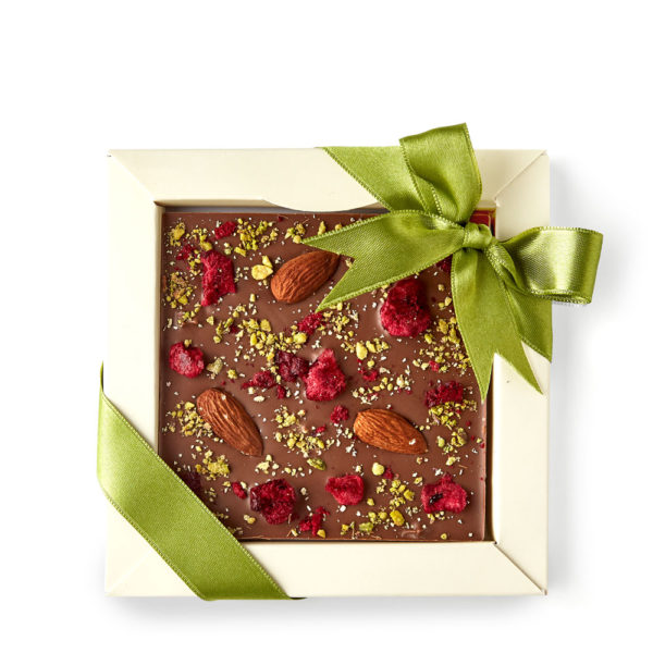 Mlečna Čokolada sa Bademom, Liofilizovanom Višnjom i Pistaćima.